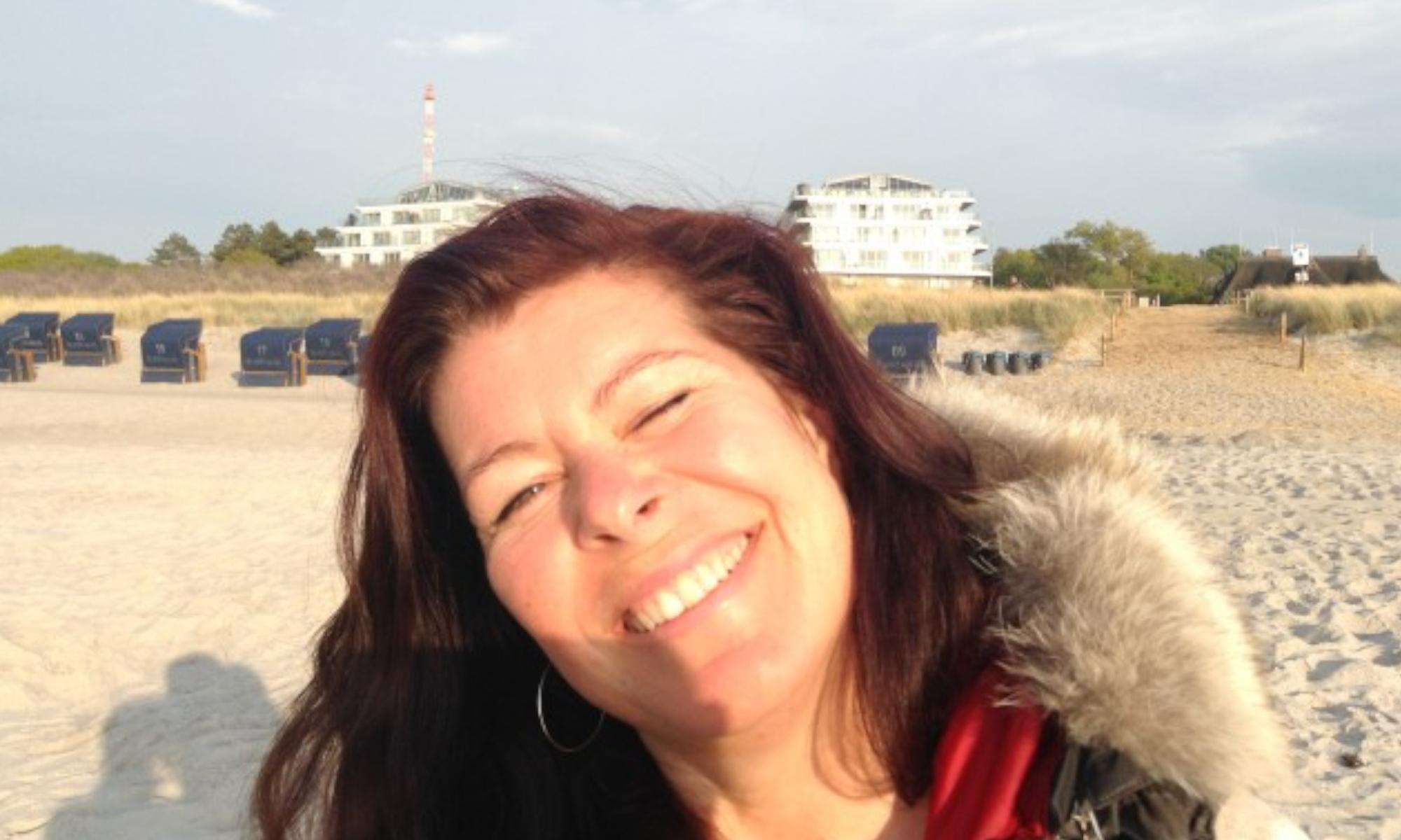 PD-DL_header-smile-beach